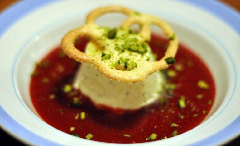 Budino al parmigiano e menta su salsa di barbabietole