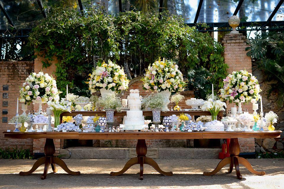 Mesa de bolo e doces maravilhosa para casamento de dia e - Mesa de campo ...