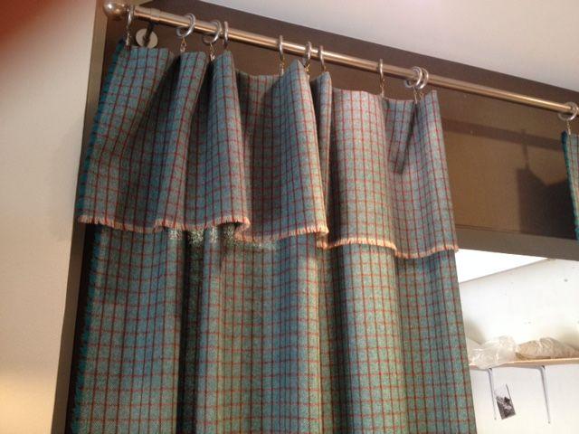 rideaux traités en panneaux nomades, en lainage effiloché, accroché ...