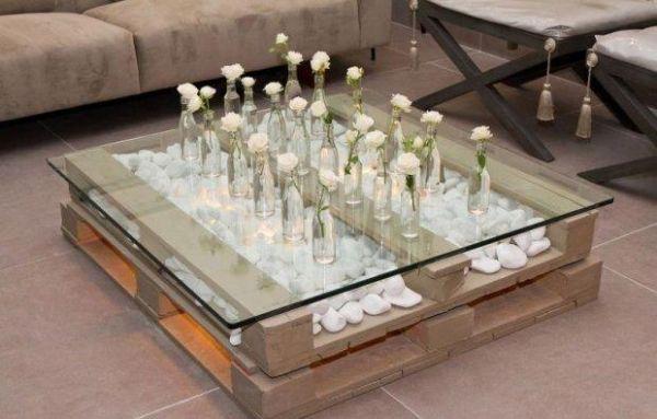 M bel holzpaletten couchtisch glasplatte deko steine vasen wei e rosen wohnen pinterest - Holzpaletten deko ...