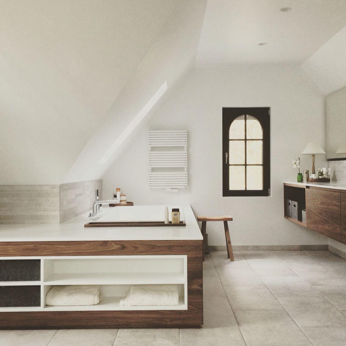 Badkamer notelaar met Corian en tegels La Roche di Rex - bathroom ...
