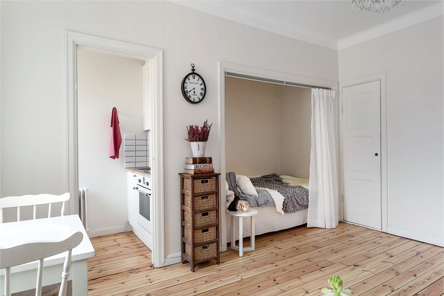 Another view of the bed in the closet.  Alla bilder - Creutzgatan 2, 4 tr