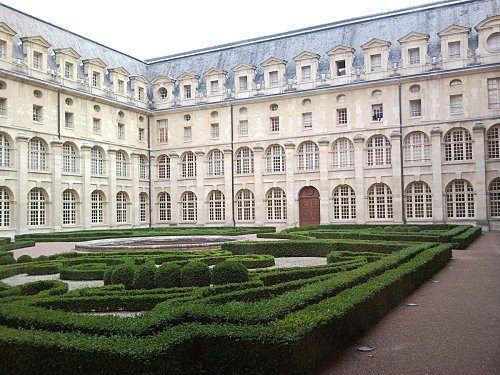 L'abbaye royale du Val de Grâce a été bâtie de 1624 à 1669. En 1621, Anne d'Autriche, épouse de Louis XIII, favorise l'installation à Paris de la communauté des bénédictines du couvent du Val de Grâce de la Crêche à Bièvres; elle s'établit en l'hôtel médiéval du Petit Bourbon, au faubourg St Jacques. En 1624, la reine pose la première pierre de ce qui, sans doute, forme aujourd'hui le plus bel ensemble conventuel français du XVIIème siècle.
