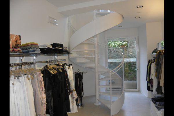 scala a chiocciola interna installata su un negozio