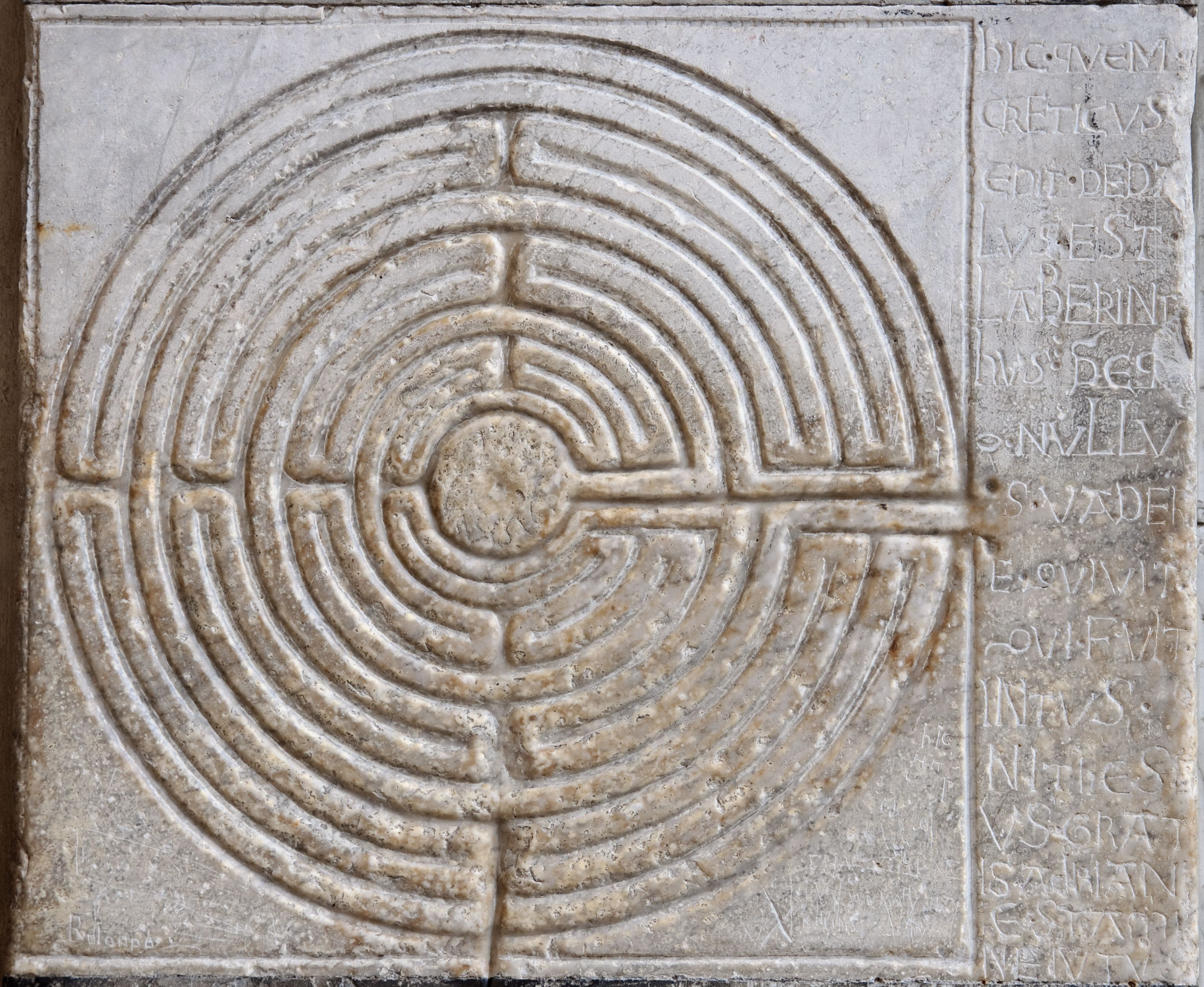 Kathedraal Van Lucca.Digital Labyrinth Carved On A Pillar Of The Portico Of Lucca