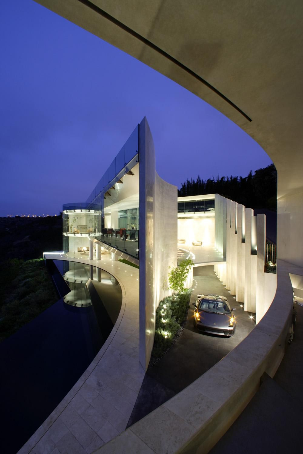 Beautiful ultra modern mansion with Lamborghini in the drive ...