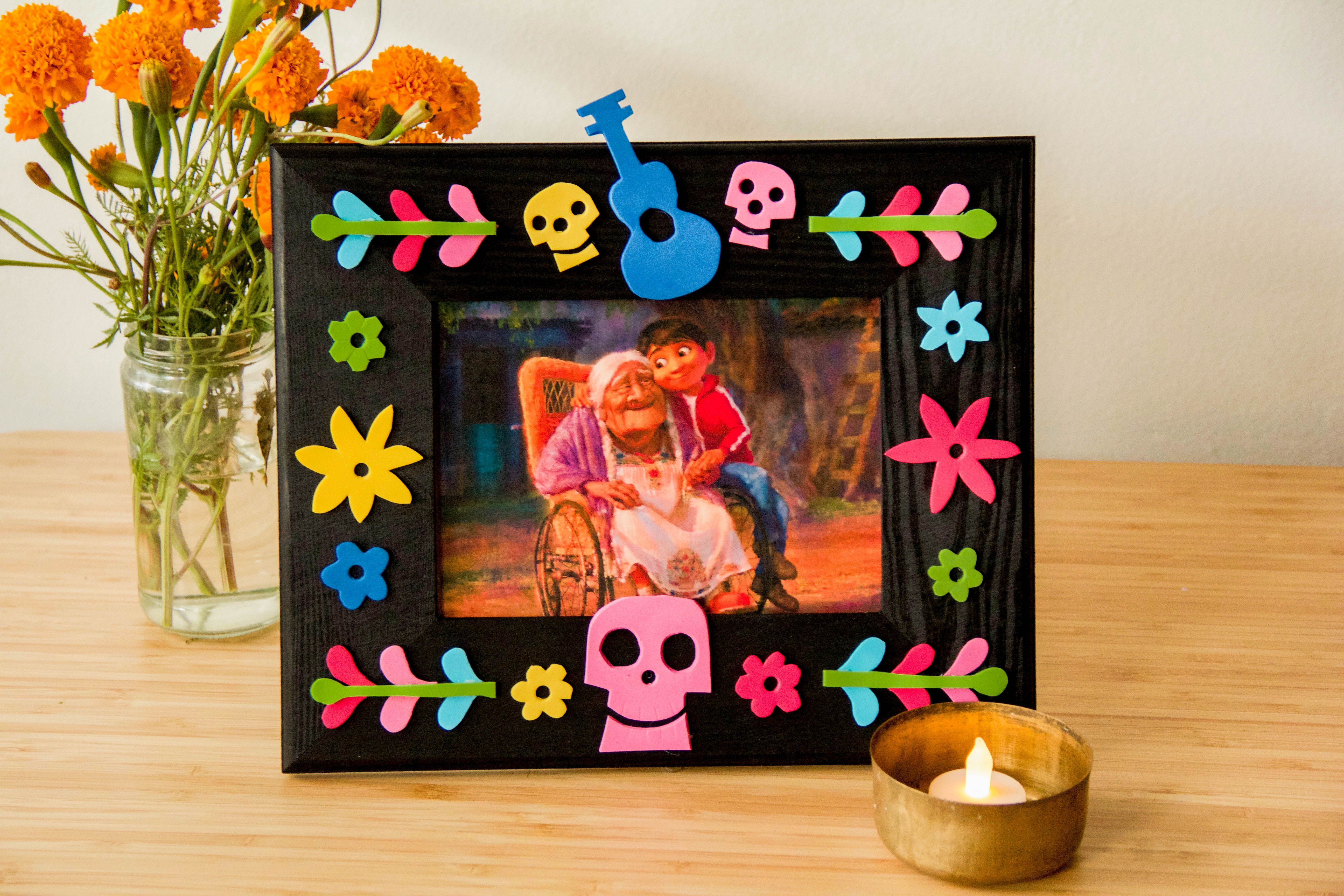 Show your love for 39 coco 39 and your family with this diy - Marcos de papel para fotos ...