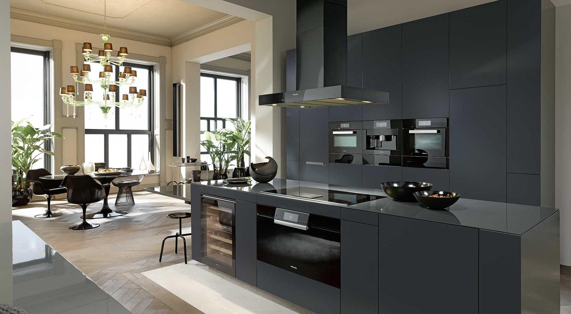 Zwarte woonkeuken met kookeiland en miele keukenapparaten