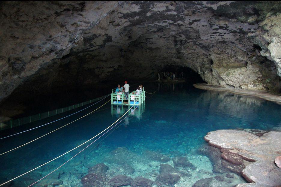"""Caverna de los Tres Ojos - Republica Dominicana - El segundo lago es más conocido como el """"Lago de la nevera"""" pues la temperatura del del agua es como hielo. Tiene 40 pies de profundidad."""