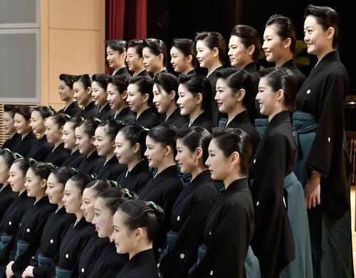 卒業式を前に、記念写真に納まる宝塚音楽学校の104期生(共同)