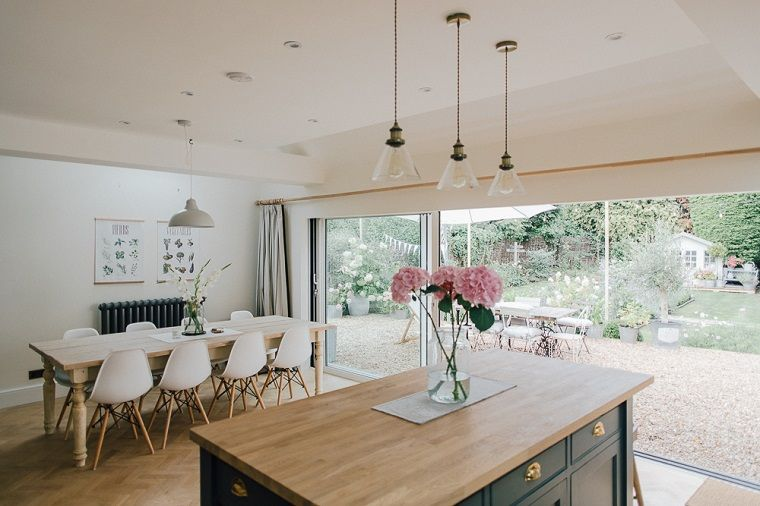 Open space cucina e sala da pranzo vista sul giardino lampadari a