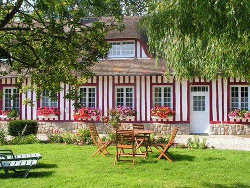 belle long re normande avec colombage en rouge maisons. Black Bedroom Furniture Sets. Home Design Ideas
