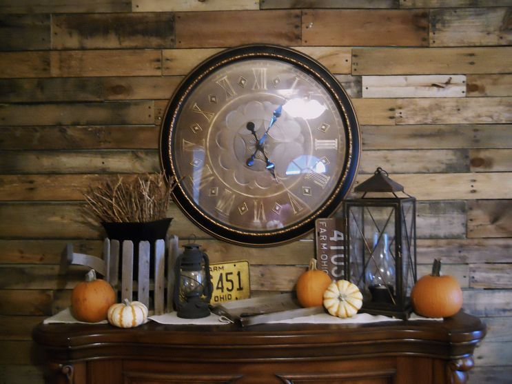 Pallet wall, trim and Autumn decor | Pallet wall, Decor ...