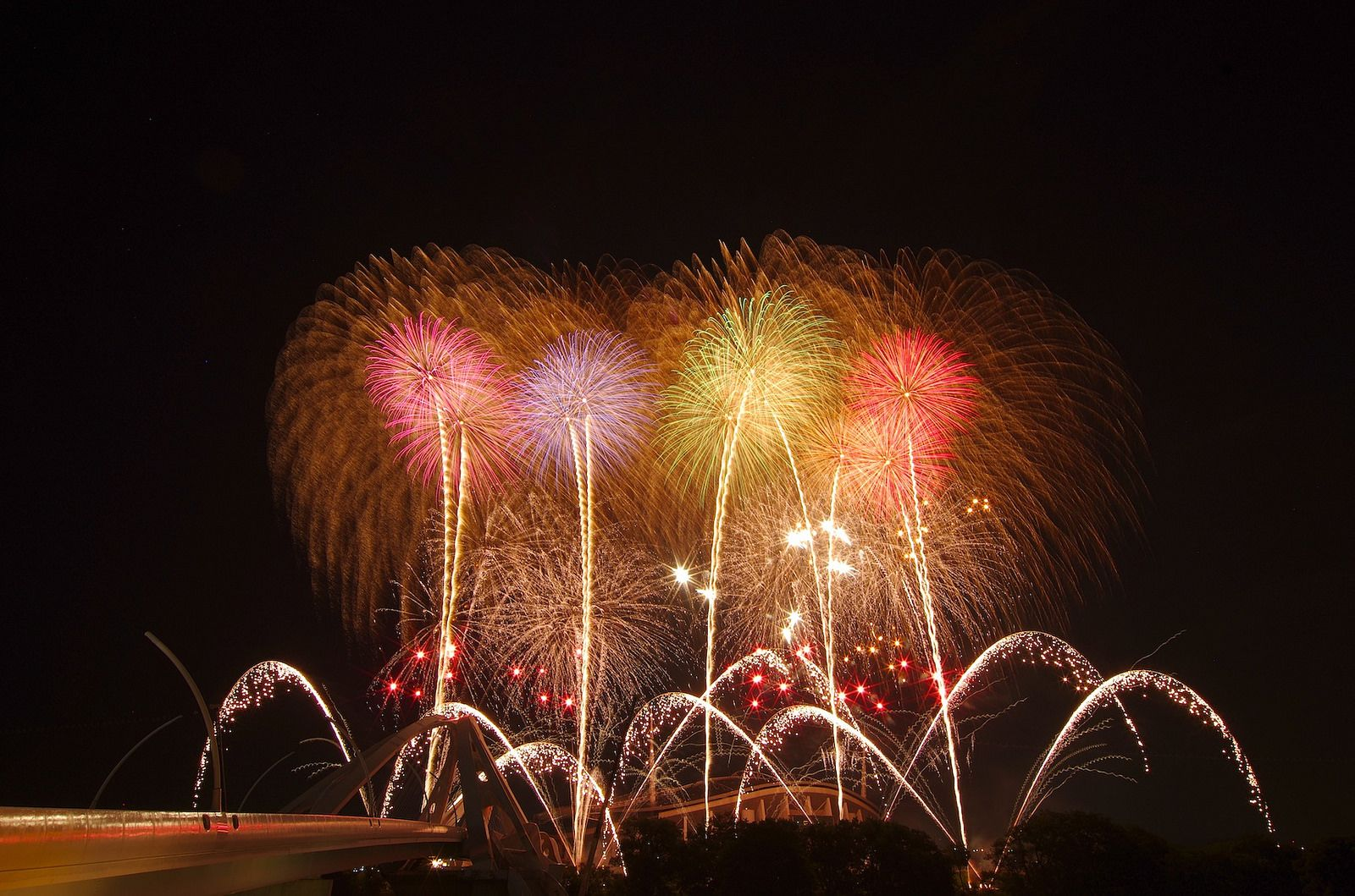 """https://flic.kr/p/omDjLX   2014 豊田おいでん祭り花火 Toyota Oiden Festival 2014   2014年7月27日に開催された、豊田おいでんまつりの花火から、三遠煙火による「恋するフォーチュンクッキー」。  """"The fortune cookie in love"""" by Sanen-enka in the Toyota Oiden Festival on July 27 in 2014."""