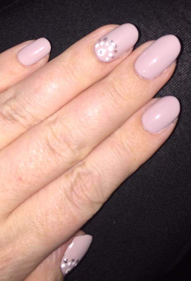 Highlighted Accent Nails Decorated In Silver Glitter And White Dotted Semi Circles