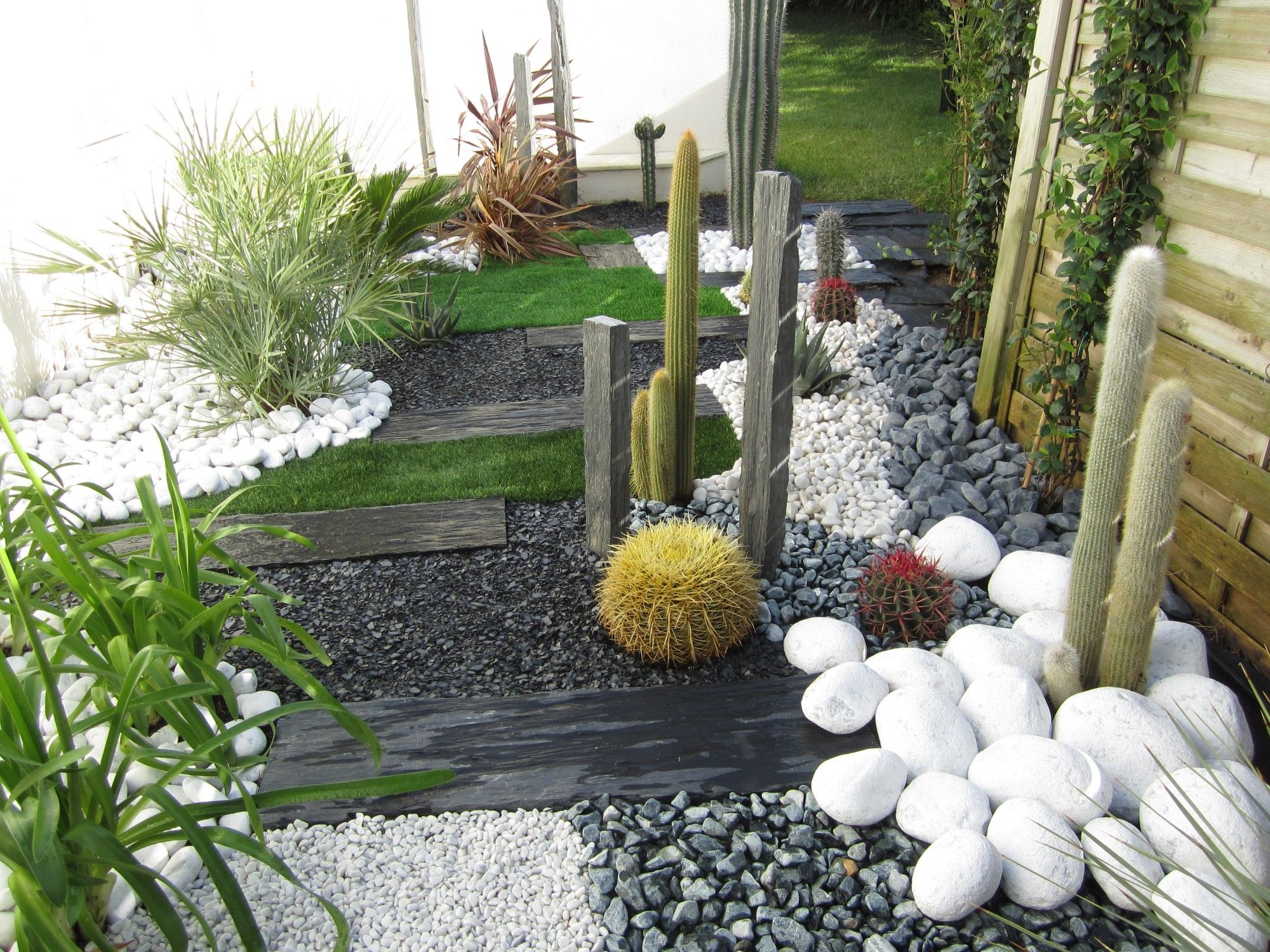 Jardin sec cactus galets polis blancs gazon synth tique for Creation jardin japonais