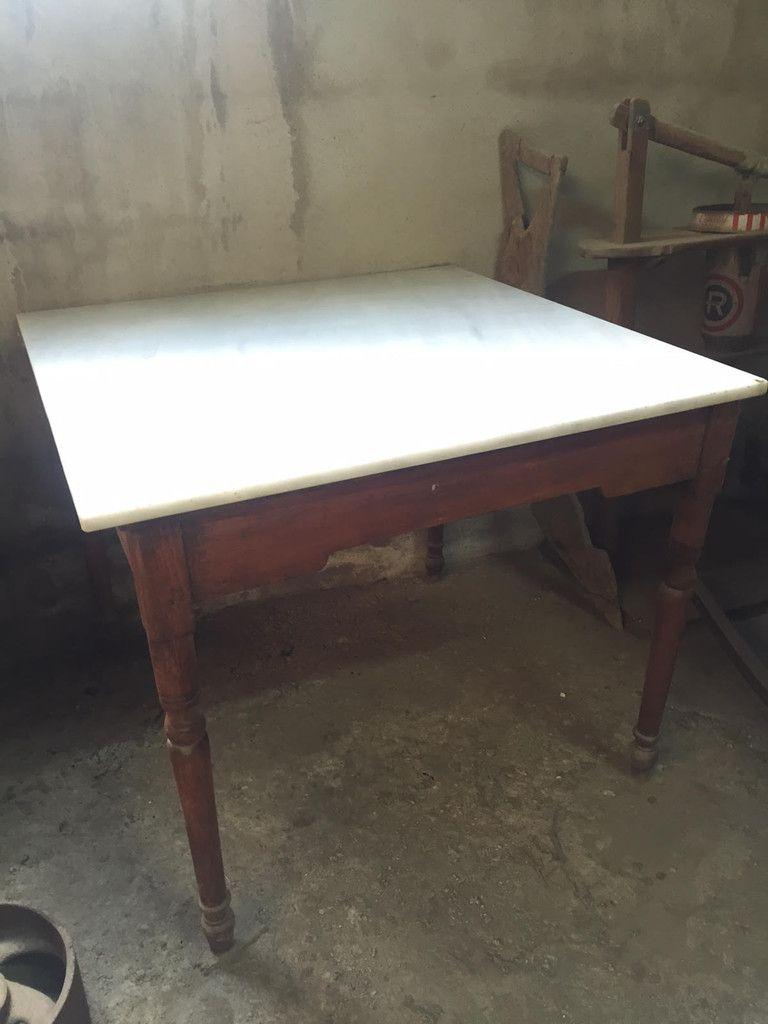 Descripción: Mesa de cocina antigua. Mesa de pino rojo con tablero de mármol macael. Dimensiones: Largo 84 cm. Ancho 84 cm. Alto 73 cm. Usos: Puedes reutilizarla como isla en la cocina. También puedes convertirla en un mueble de baño con un lavabo de piedra recuperado. Estado: Antiguo. Origen: Años 30/40.