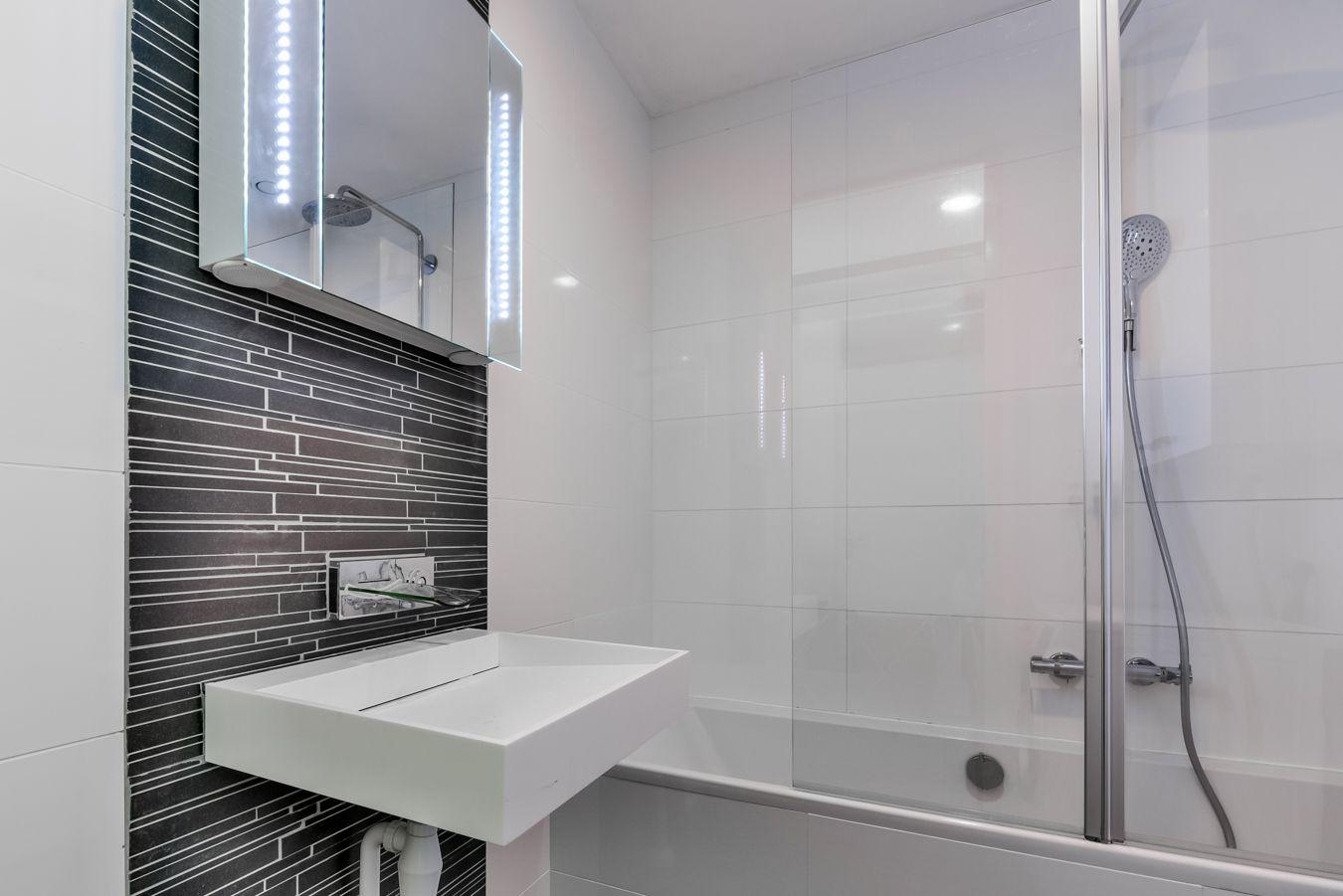 Nieuwe badkamer met Dutch Designwastafel (B-Dutch), watervalkraan ...
