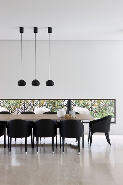 Architect Robert Mills Decorated This Minimalist Space By Framing A Window With Patterned Minimalist Dining Room Dining Table Lighting Dining Room Contemporary