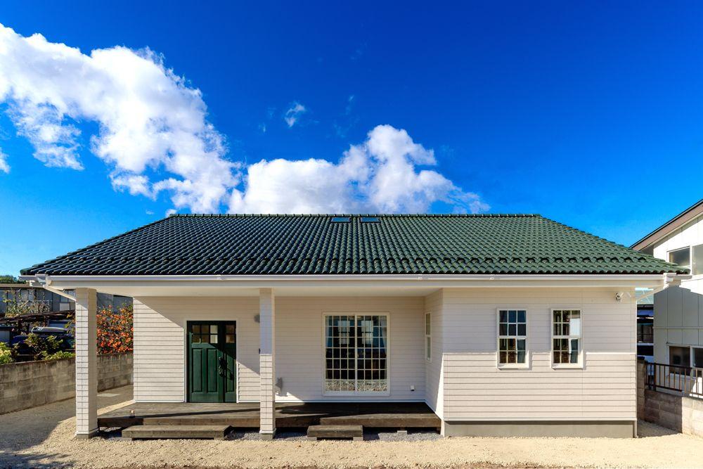 白い外壁に深緑色の屋根がオシャレな アーリーアメリカンのお住まい