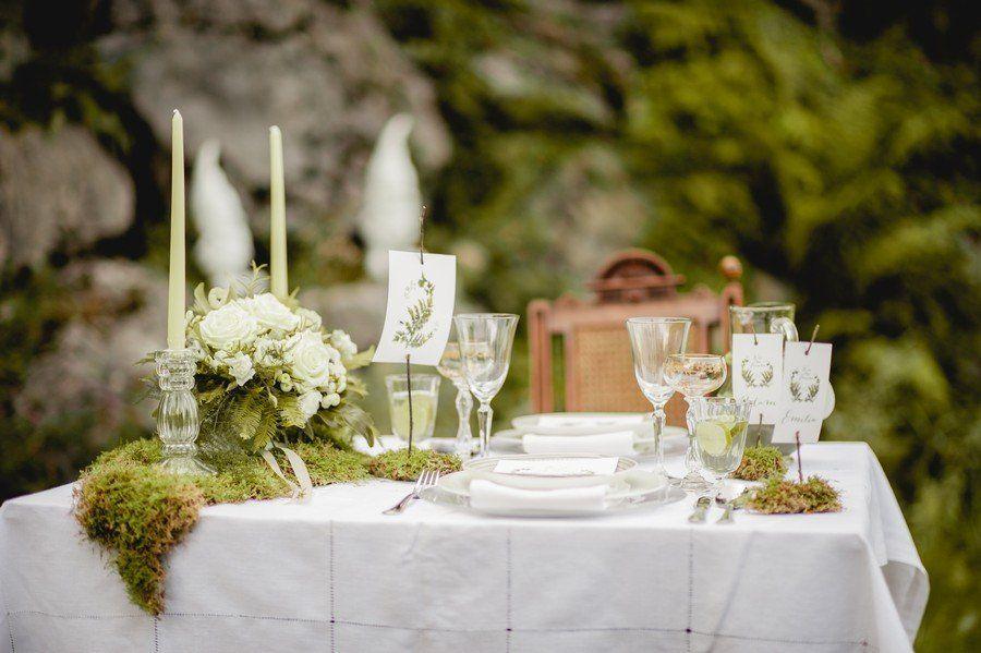 Tischdeko Mit Moos Fur Eine Vintage Oder Natur Hochzeit Tischdeko Hochzeit Inspiration