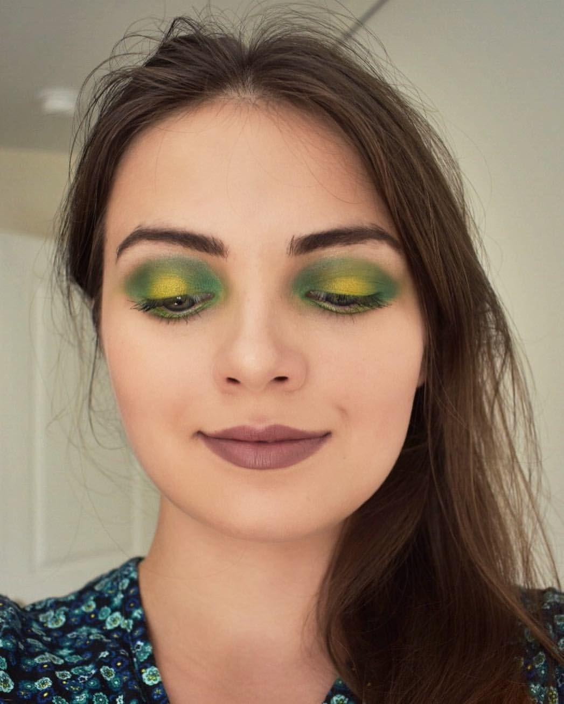 Bright green eye makeup. Coastal Scents 252 Ultimate