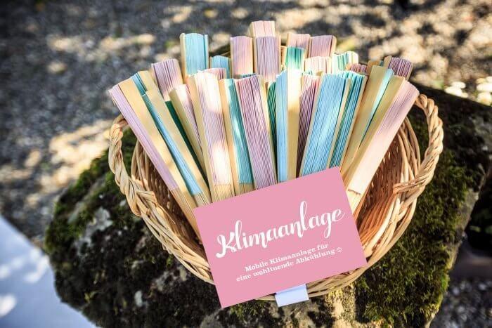 Perfekt Für Sommerhochzeiten: Die Mobile Klimaanlage Für Eure Gäste (Fächer)...  Foto: Matt Stark Weddinggraphy