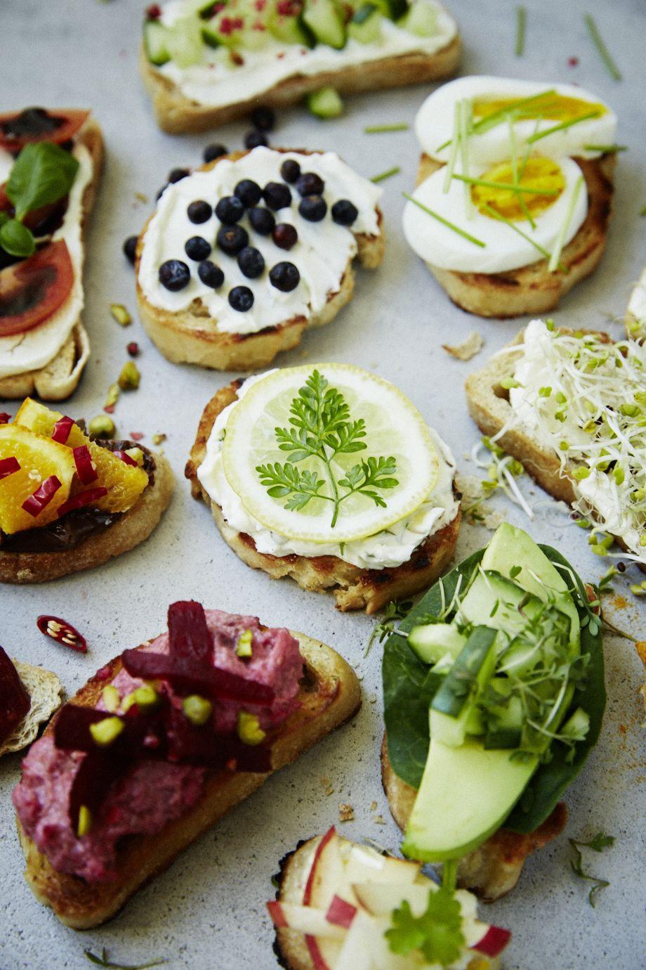 Herzhaft und süß: Bei einem Brunch gibt es verschiedene Möglichkeiten, sein Brot oder Brötchen zu belegen: Streichcremes, Obst und Gemüse, Eier, Marmelade und Honig. Es ist alles erlaubt.