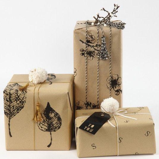 Julegaveindpakning med gavepapir dekoreret med aftryk |DIY vejledning #julestjernerpapir Julegaveindpakning med papir dekoreret med aftryk. Pyntet med snor, kvaste og pomponer. #julestjernerpapir