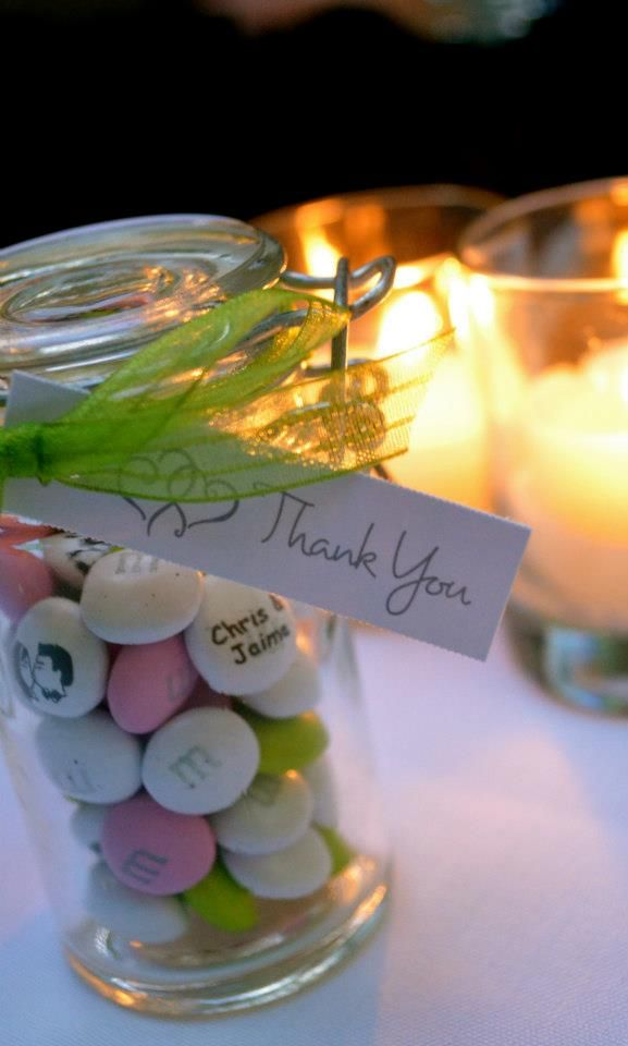bonbonnière, bonbons personnalisés dans petits pots en verre.