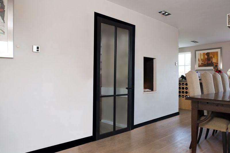 Bij zwarte plinten hoort een zwarte deur De Nero Legno