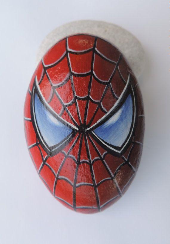 Spiderman Portrait handbemalt auf Stein! Rock mit Acryl bemalt und mit Satin-Lack fertig. Bemalter Kiesel aus dem Meer