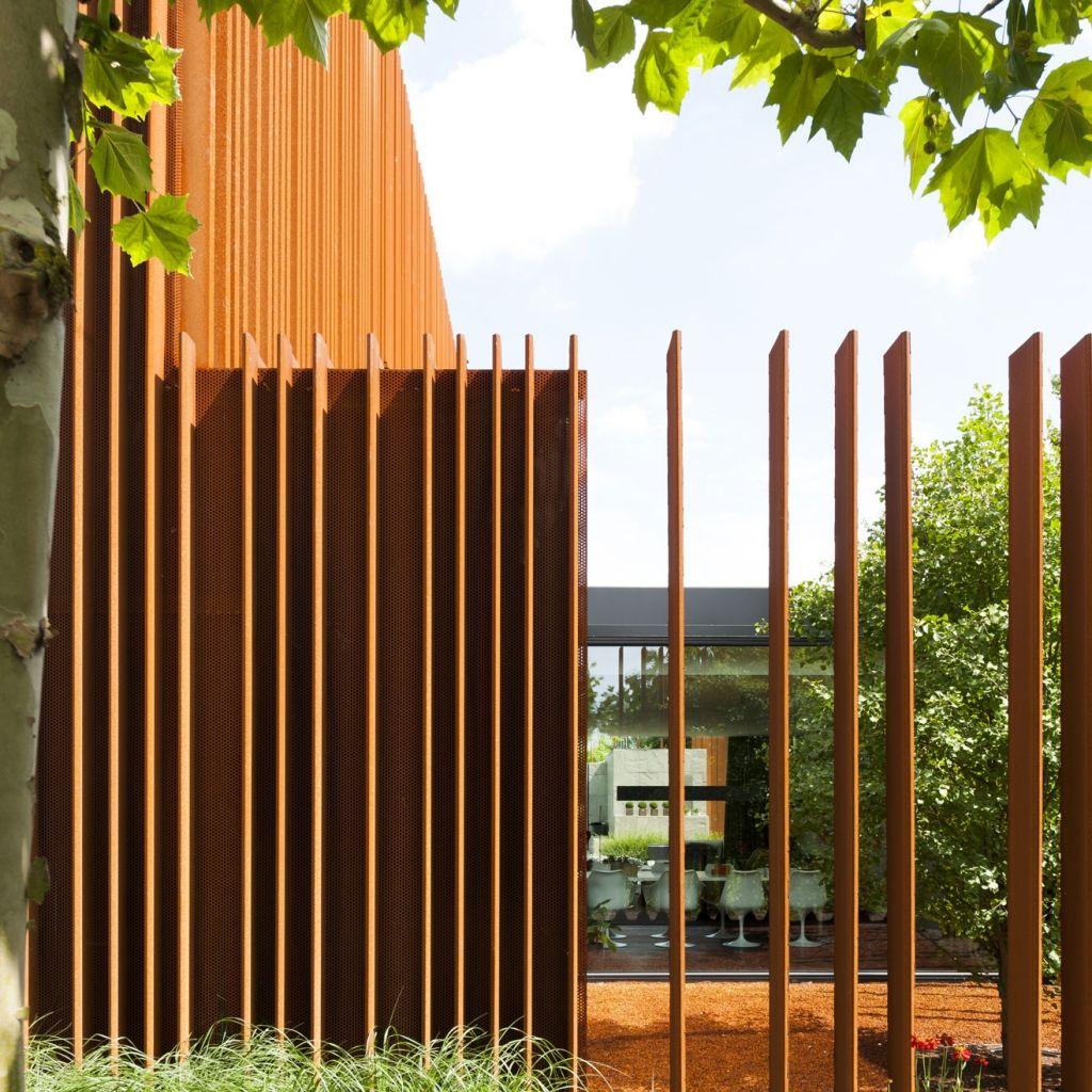 Sichtschutz aus Corten Stahl am Architektenhaus