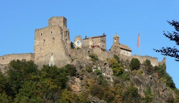 Erhaben über dem Dorf Missian, auf steilen Felswänden, ragt die Wehrburg Hocheppan in den Himmel.