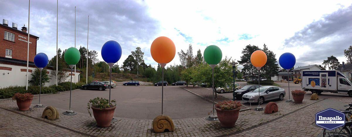 Rivi jätti-ilmapalloja tolpassa.