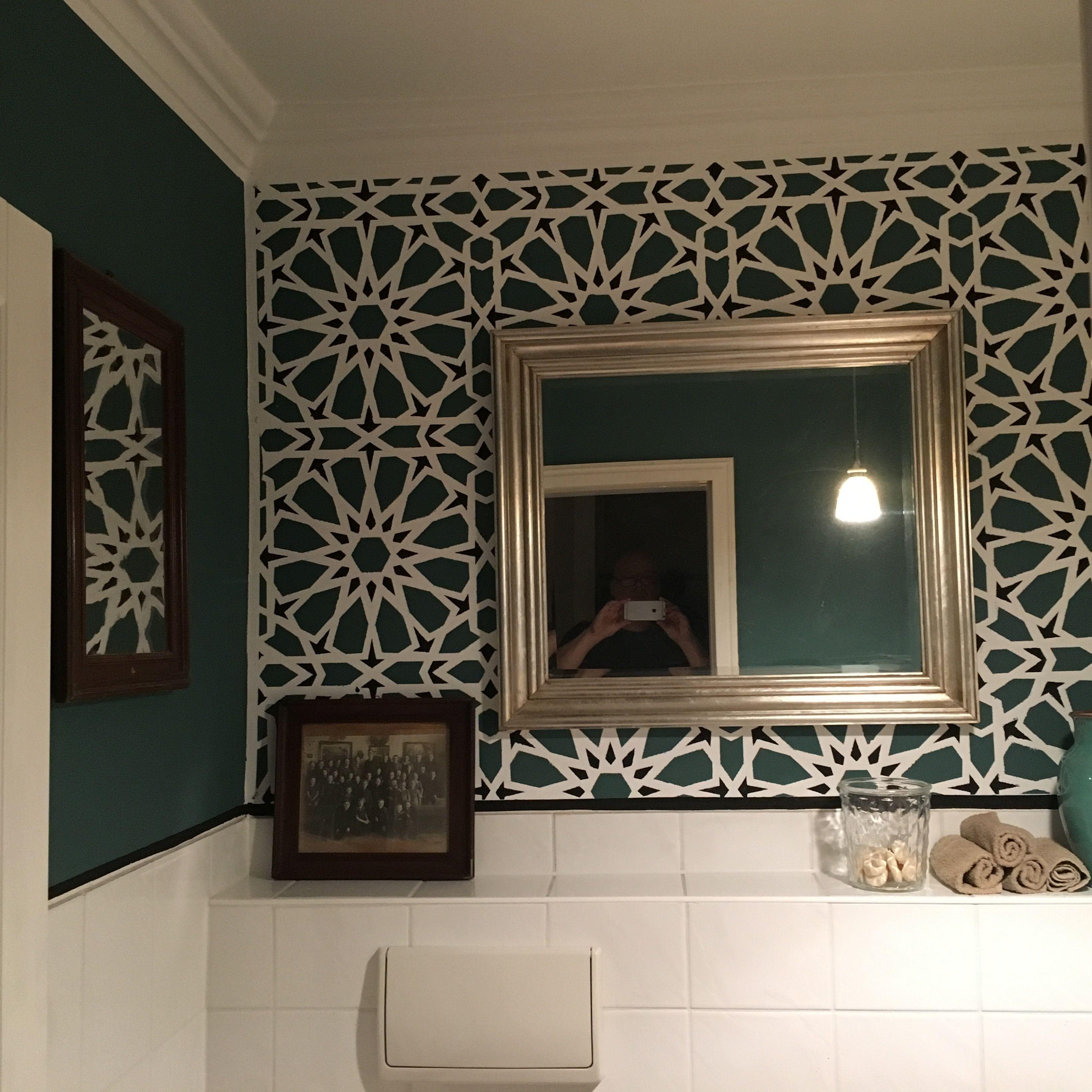 Wandschablone in einem kleinen Gäste-Wc
