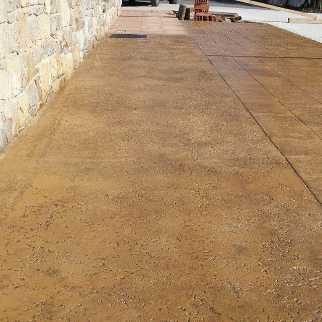 Acera de pavimento de hormig n impreso en textura manta con ankare zaline corcho pavimentos de - Pavimento de corcho ...