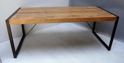 Table En Bois Massif Au Style Industriel Et Pieds Metal Table Bois Massif Mobilier Table Bois