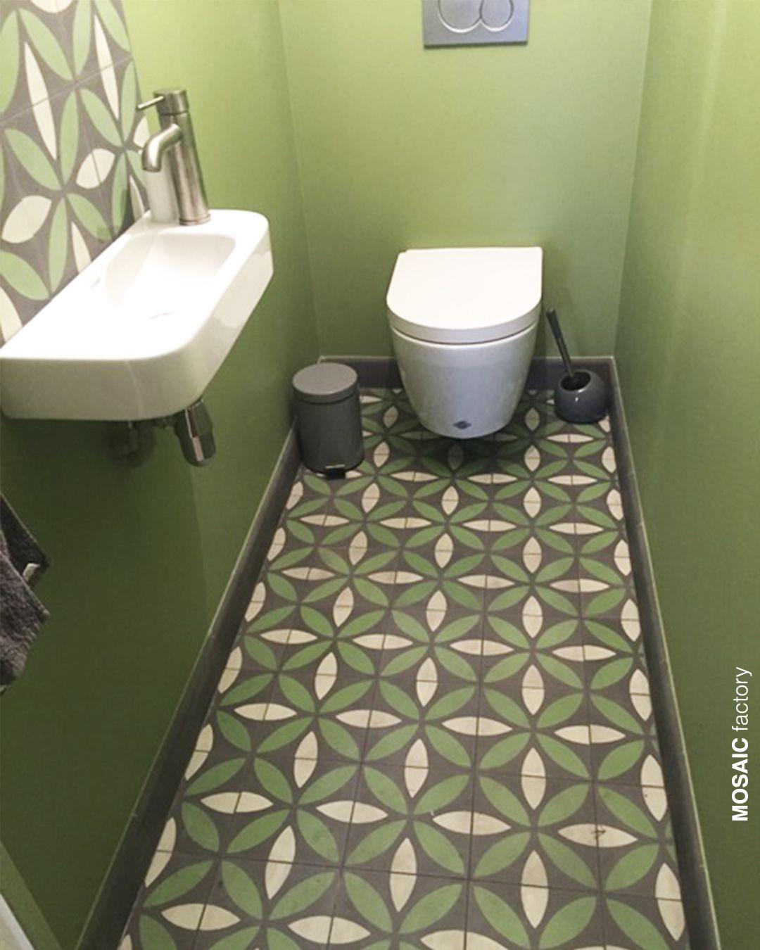 Grune Toilette Mit Passendem Gemustertem Zementfliesen Boden Personalisieren Sie Ihre Fliesen Um Ihr Innendesig Badezimmer Grun Bodenfliesen Bad Zementfliesen