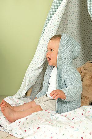 Photo of Moderne Babyjacke mit Kapuze und Kabelmuster – stricken.de