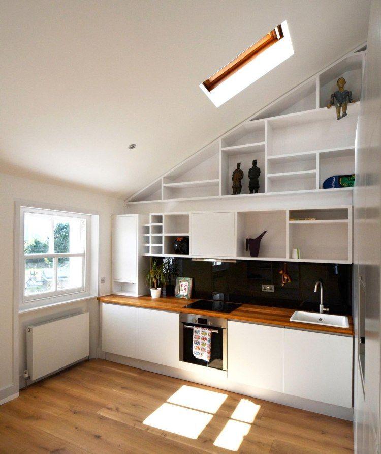 Küche unter Dachschräge gestaltet - weiße Fronten und Regale - küche in dachschräge