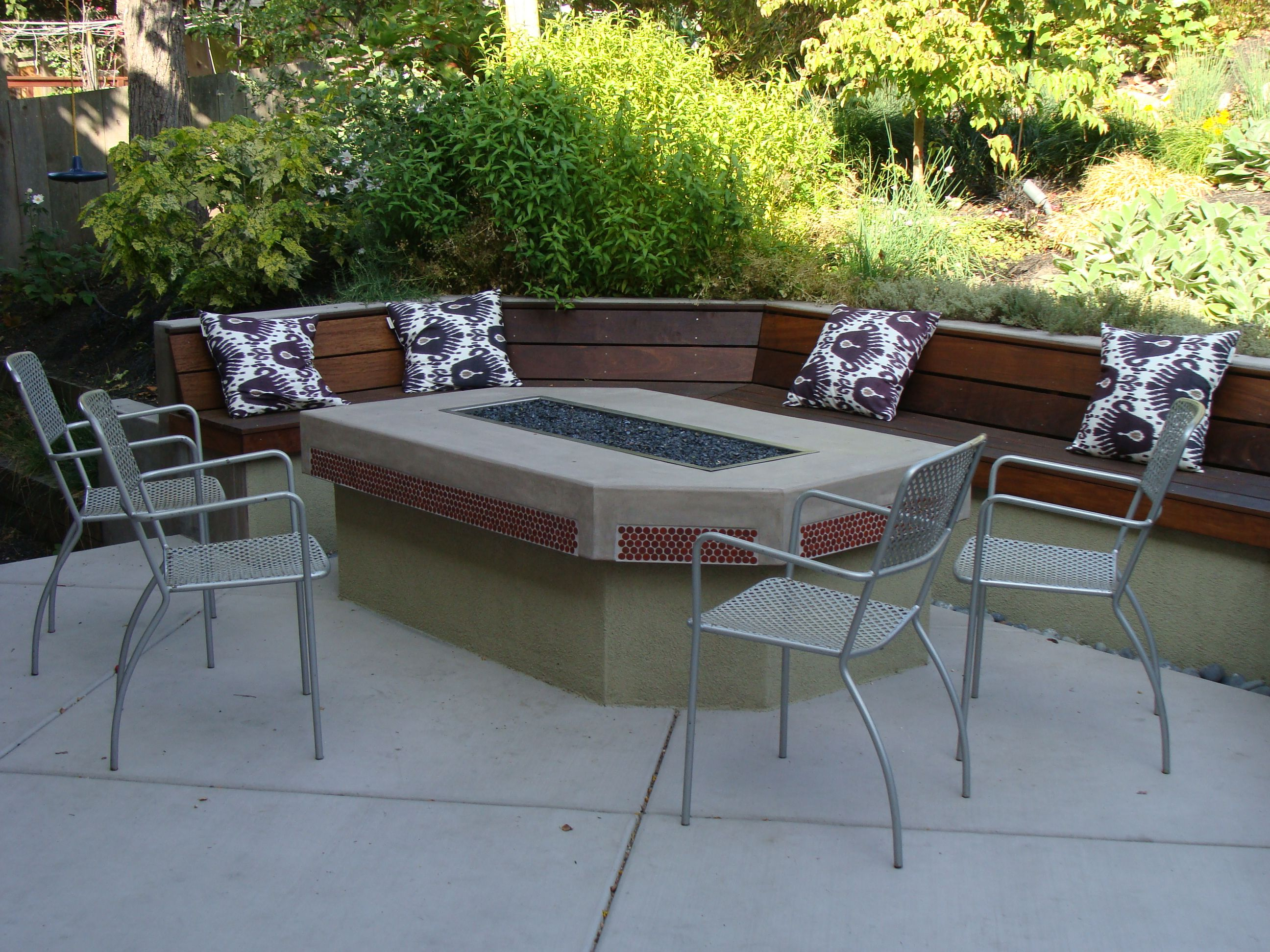 Outdoor dinner table- fire pit combination with seat wall surround   Outdoor dinner table, Wall ...