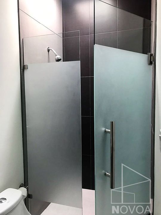 Cancel para ba o de vidrio templado con puerta abatible y dise o en arenado ba os peque os - Puertas para banos pequenos ...