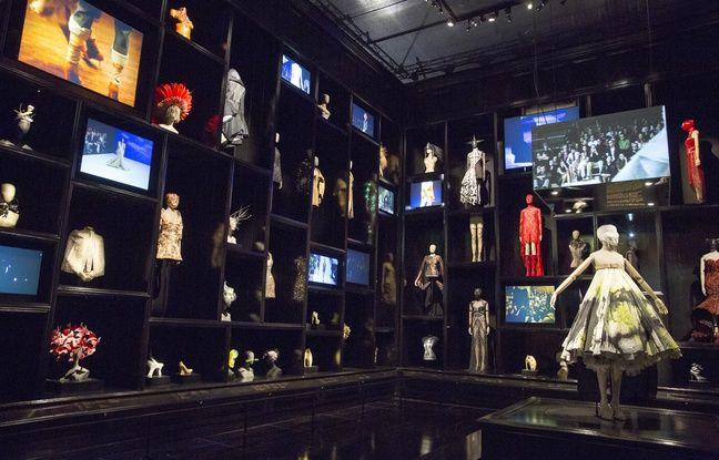 Entrez dans l'univers étrange, gothique, animal et singulier d'Alexander McQueen: Savage Beauty, la plus grande rétrospective sur le créateur britannique qui a ouvert ses portes ce vendredi au Victoria and Albert Museum de Londres.