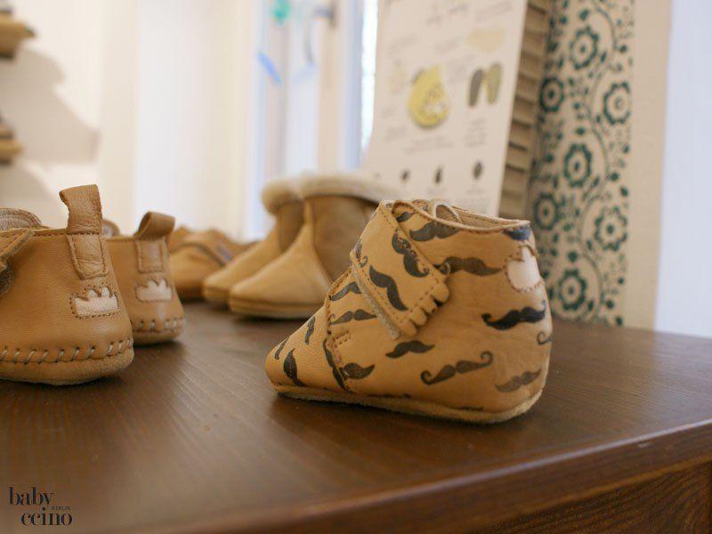 """Wir waren wieder unterwegs in Berlin – denn es hat endlich ein Kinderschuhladen bei uns im Kiez aufgemacht! Wir freuen uns aber noch mehr darüber, dass Miriam und ihr Mann vom """"Kleinen Schuhwerk"""" nur Schuhe aus nachhaltiger Produktion und aus vegetabil gegerbtem Leder anbieten!"""