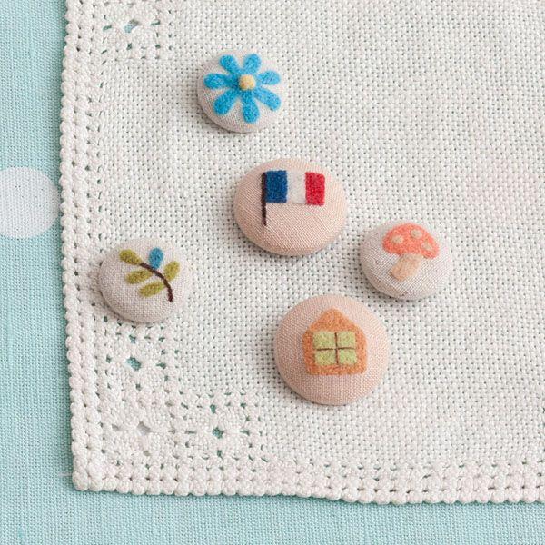 ふわもこのくるみボタンは、玄関や棚などに飾っておくだけでも素敵。/羊毛フェルトのマスコット&雑貨(「はんど&はあと」2013年5月号)