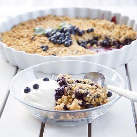 Blueberry Crumble Pie A crisp and crunchy crumb topping is the perfect match for a juicy berry pie filling - my favorite ---------------------------------------- Det er lørdag og skogen bugner av blåbær! Prøv høstens beste og enkleste dessert i dag Oppskriften finner du på bloggen God helg!