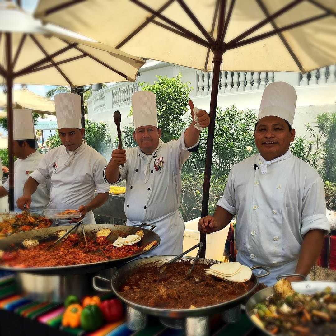 Paella lunch buffet by the pool at riu palace las americas for Best food all inclusive