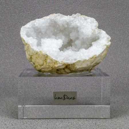 Bergkristal geode op acryl. Lara Daas de ontwerper voor de meest ...