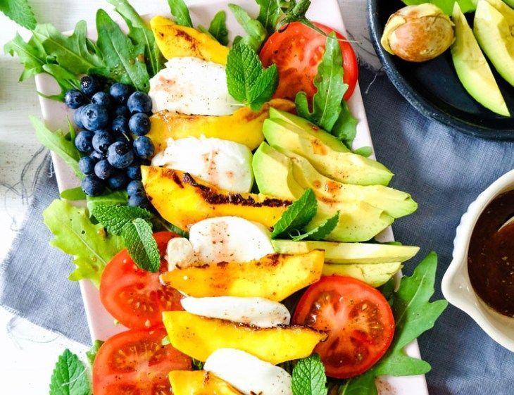 Salat Caprese mit gebratener Mango, Mozarella, Avocado, Blaubeeren & Tomaten #heißeliebelikör Geschenke aus der Küche: Heiße Liebe Likör #heißeliebelikör Salat Caprese mit gebratener Mango, Mozarella, Avocado, Blaubeeren & Tomaten #heißeliebelikör Geschenke aus der Küche: Heiße Liebe Likör #heißeliebelikör